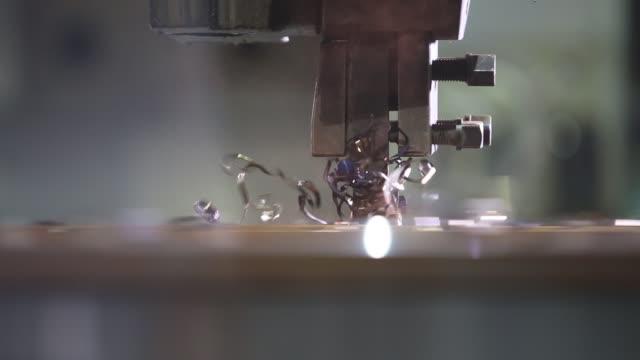a lathe processes a metal wheel - dokładność filmów i materiałów b-roll