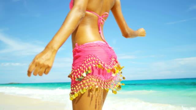latinamerikanska bikini flicka i sarong semester strand - sarong bildbanksvideor och videomaterial från bakom kulisserna