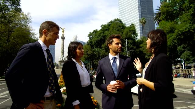 Equipo de negocios de América Latina a tener una reunión al aire libre - vídeo