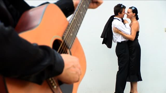 ラテン風ダンスカップル愛するスペインのギタープレーヤー ビデオ
