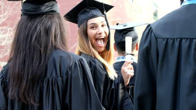 Latino descenso femenino Colegio estudiante la graduación en el campus. - vídeo