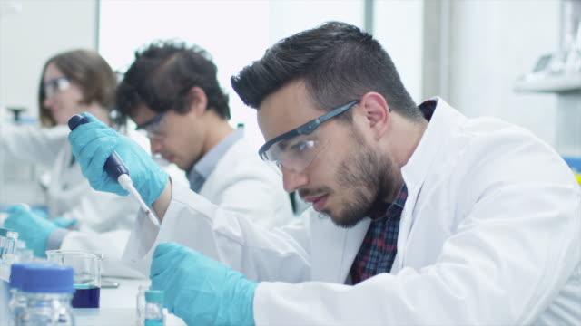 ラテン民族性生化学教室の研究室での作業 ビデオ
