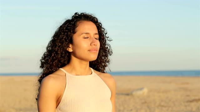 latin frau atmen frische luft in zeitlupe - atemübung stock-videos und b-roll-filmmaterial