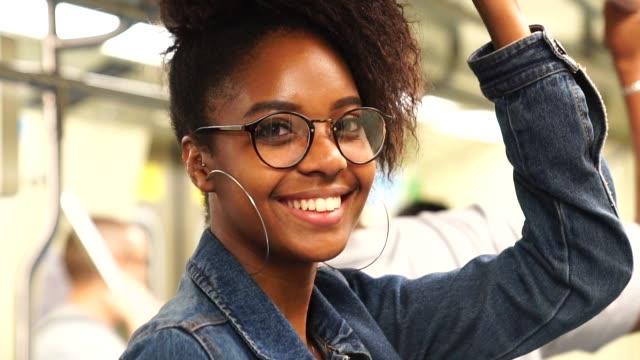 латинский женский портрет в метро - бразилец парду стоковые видео и кадры b-roll