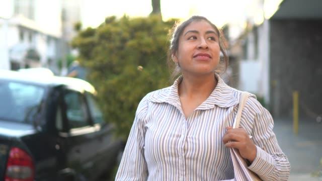 stockvideo's en b-roll-footage met latijnse vrouw winkelen in de straat - mid volwassen vrouw
