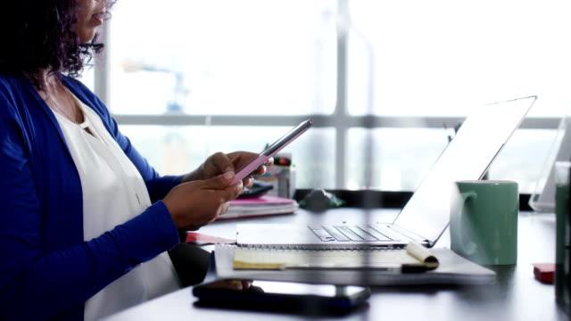 latina girl mit laptop-computer zu hause zu studieren - medizinexamen stock-videos und b-roll-filmmaterial