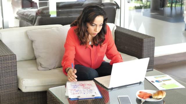 latina mature businesswoman working from home - латиноамериканская и испаноговорящая этнические группы стоковые видео и кадры b-roll