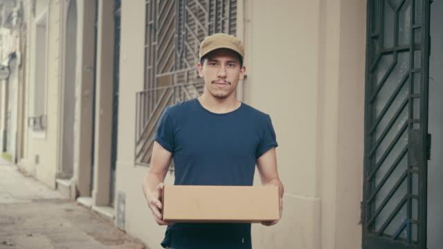 拉丁美洲送貨員與包裹 - postal worker 個影片檔及 b 捲影像