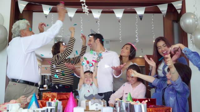 vídeos de stock e filmes b-roll de latino family organizes surprise birthday - mulher balões