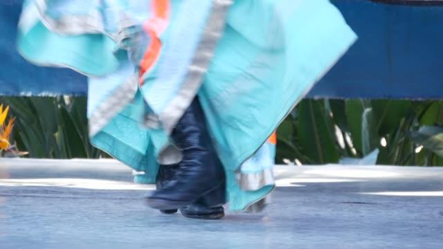 vídeos y material grabado en eventos de stock de mujeres latinas con coloridos vestidos tradicionales bailando jarabe tapatio, baile de sombrero popular nacional mexicano. actuación callejera de ballet hispano femenino en faldas étnicas multicolores. chicas en trajes - falda