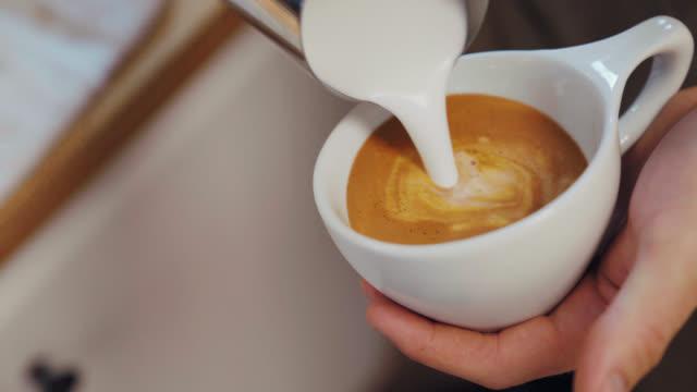 latte art herzen - cappuccino stock-videos und b-roll-filmmaterial