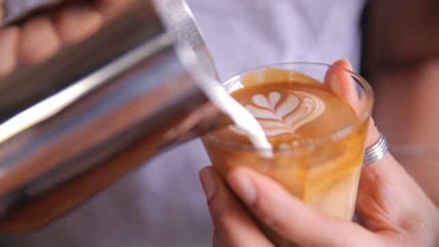 latte art, - barista stock-videos und b-roll-filmmaterial