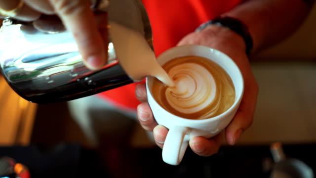 latte kunst gießen slowmotion - milchkaffee stock-videos und b-roll-filmmaterial