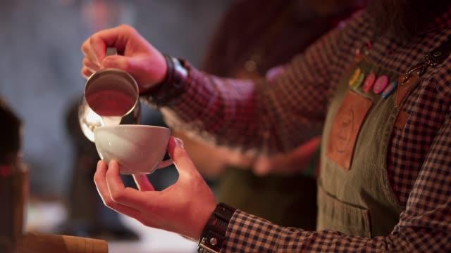 latte schaumkunst - barista stock-videos und b-roll-filmmaterial
