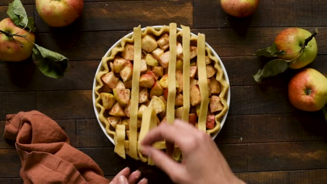 lattice pastry apple pie timelapse cooking process - nadziewany placek filmów i materiałów b-roll