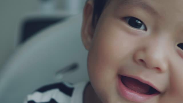 vídeos de stock, filmes e b-roll de bebê rindo - criança pequena
