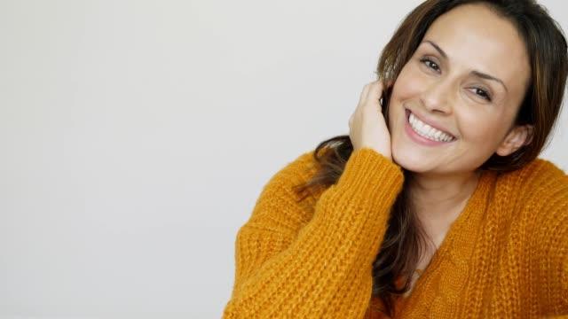 skrattande vacker kvinna - 35 39 år bildbanksvideor och videomaterial från bakom kulisserna