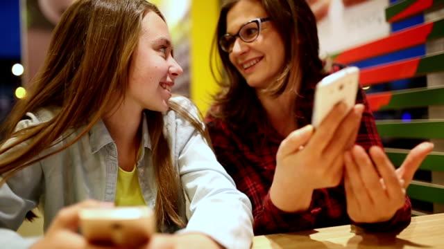 skratta i kaféet - enbarnsfamilj bildbanksvideor och videomaterial från bakom kulisserna