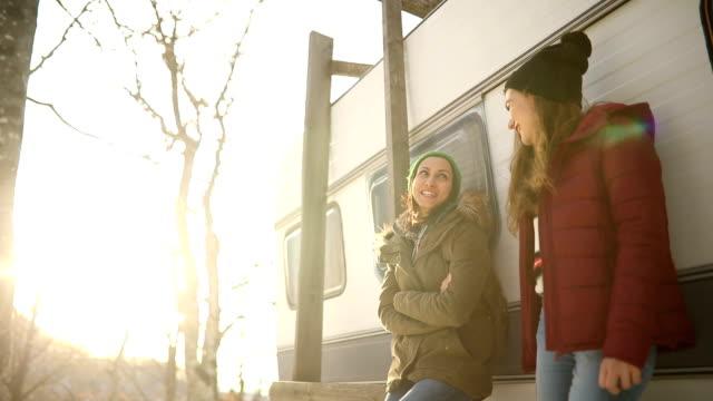 stockvideo's en b-roll-footage met lachen in de bergen - caravan