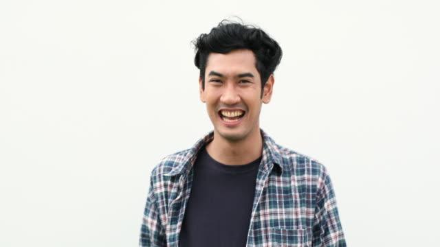 thai mann lachen - thailändischer abstammung stock-videos und b-roll-filmmaterial