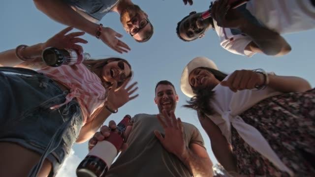lachender junge leute tanzen im freien - spring break stock-videos und b-roll-filmmaterial