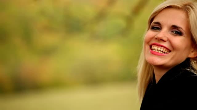 laughing young woman - endast unga kvinnor bildbanksvideor och videomaterial från bakom kulisserna