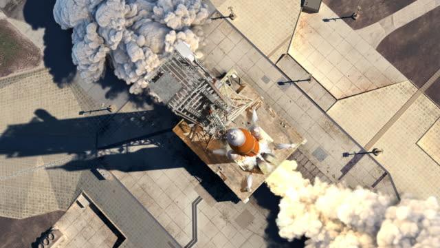 start der schwerträgerrakete (space launch system). luftaufnahme. zeitlupe. - rakete stock-videos und b-roll-filmmaterial