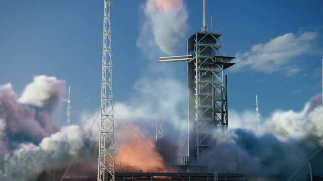 launch pad complex: erfolgreicher raketenstart mit crew auf einer weltraumexplorationsmission. flying spaceship blasts flames and smoke on a take-off. menschlichkeit im weltraum, eroberung des universums - rakete stock-videos und b-roll-filmmaterial