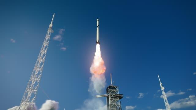 launch pad complex: erfolgreicher raketenstart mit crew auf einer weltraumexplorationsmission. flying spaceship blasts flames and smoke on a take-off. menschlichkeit im weltraum, eroberung des universums. verkleinern - rakete stock-videos und b-roll-filmmaterial