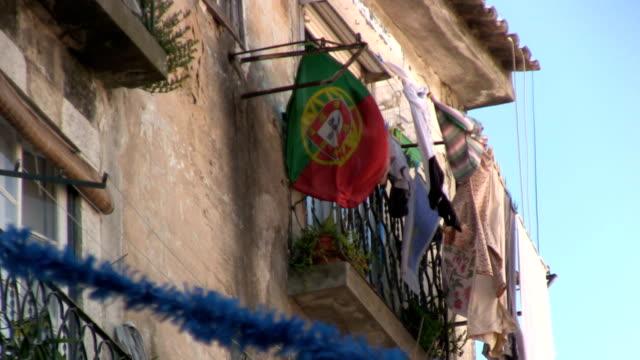 vídeos de stock e filmes b-roll de lavar roupa e bandeira de portugal - eletrico lisboa