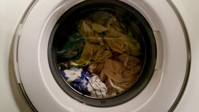 machine à laver, service de blanchisserie pour vêtements femme de la vie de tous les jours - Vidéo
