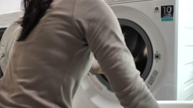 ランドリー(洗濯機) - 楽しい 洗濯点の映像素材/bロール