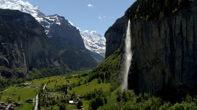 vídeos de stock e filmes b-roll de lauterbrunnen waterfall - aerial 4k - suíça