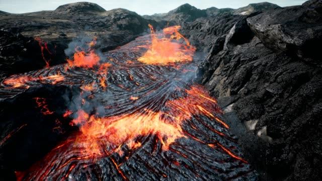 lava fließt vom vulkanausbruch lava - vulkan stock-videos und b-roll-filmmaterial