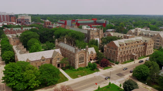 vídeos de stock, filmes e b-roll de universidade do quadrangle da lei da opinião aérea de michigan ann arbor - exteriores de escola