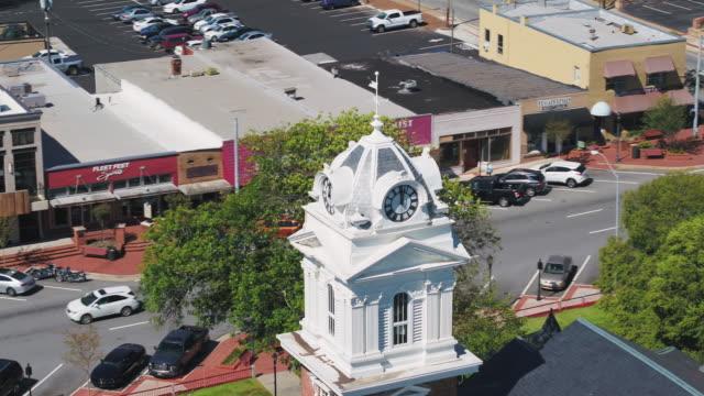 로렌스빌 조지아 공중 v4 근접 비행 낮은 도시의 중심에 법원 주위 - 지역 유형 스톡 비디오 및 b-롤 화면