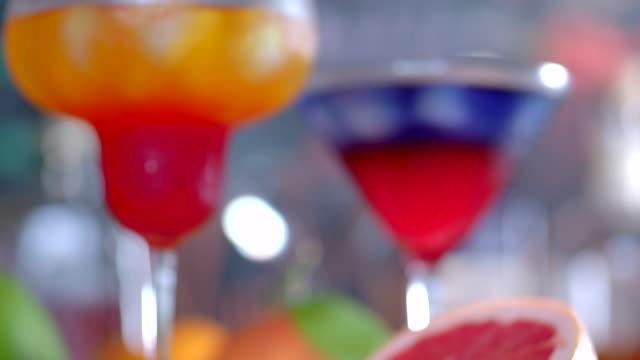 vidéos et rushes de cocktails superposés au pamplemousse et à l'orange - pamplemousse