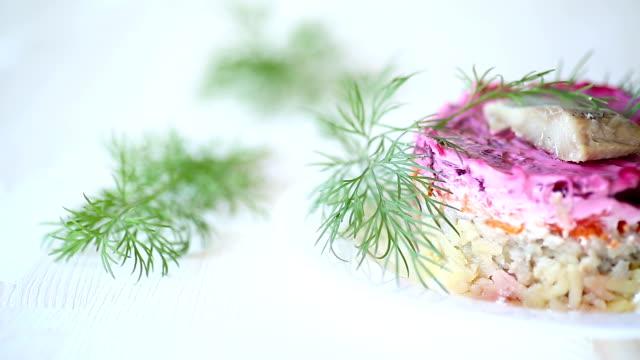pancar ve ringa balığı ile haşlanmış sebze salata katmanlı - rus stok videoları ve detay görüntü çekimi