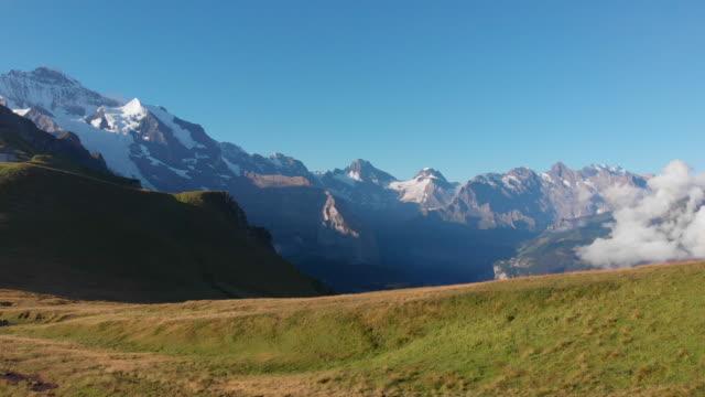 vídeos y material grabado en eventos de stock de capas de las montañas suizas dominan el horizonte - alpes europeos