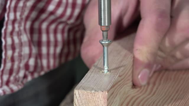 festlegung einer schraube elektrischer schraubendreher - bandsäge stock-videos und b-roll-filmmaterial