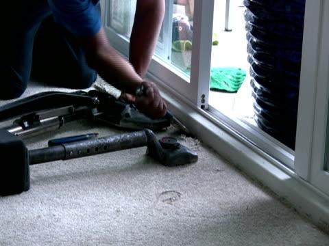 sdraiati tappeto, utilizzando scalpello a tappeto elastico in angolo - moquette video stock e b–roll