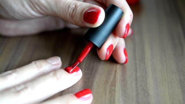 sdraiati smalto per unghie - mano donna dita unite video stock e b–roll