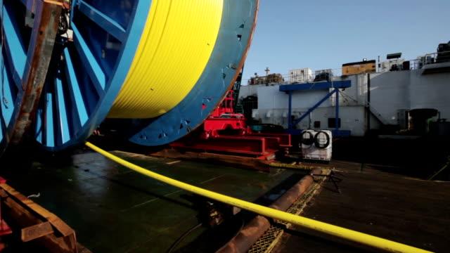vídeos y material grabado en eventos de stock de disposición de cable óptico submarino en el mar de fondo - cable