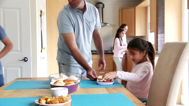 vídeos de stock, filmes e b-roll de colocando a mesa para o almoço - afazeres domésticos