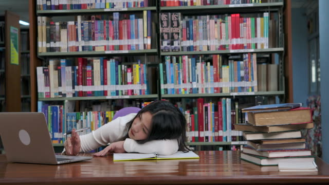 vídeos de stock, filmes e b-roll de os estudantes preguiçosos e sonolentos estão pesquisando a informação em computadores portáteis. - salas de aula