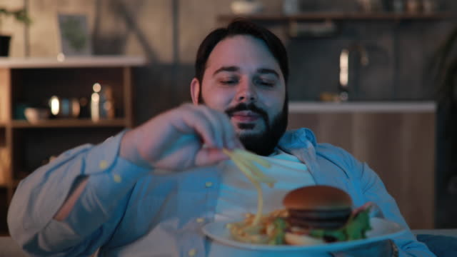 lazy night at home - cheeseburger filmów i materiałów b-roll