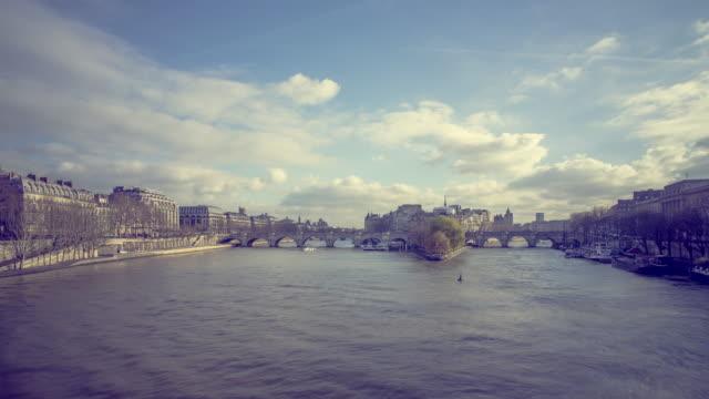 vídeos de stock, filmes e b-roll de île de la cité-paris, frança - moda parisiense