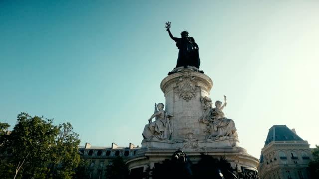 vidéos et rushes de le monument a la republique, savons aussi ini de statue de la république paris, france. le lieu emblématique de rassembler divers à paris - démocratie