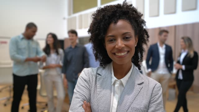 leader businesswoman with confident business team on background - руководительница стоковые видео и кадры b-roll