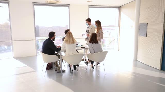 vídeos y material grabado en eventos de stock de liderar una reunión - zoom meeting